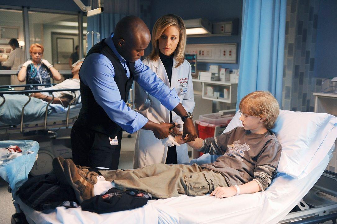 Nachdem Evan (Joey Luthman, r.) wieder zu seiner Mutter und seinem Stiefvater zurück musste, wird er mit Schnittverletzungen ins Krankenhaus eingeli... - Bildquelle: ABC Studios
