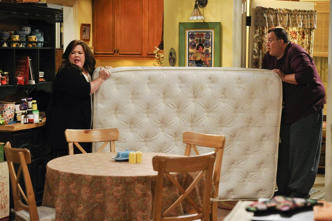 Während Molly (Melissa McCarthy, l.) glaubt, dass ihr Nachbar nichts Gutes im Schilde führt, erlebt Mike (Billy Gardell, r.) eine ganz besondere Pok... - Bildquelle: Warner Brothers