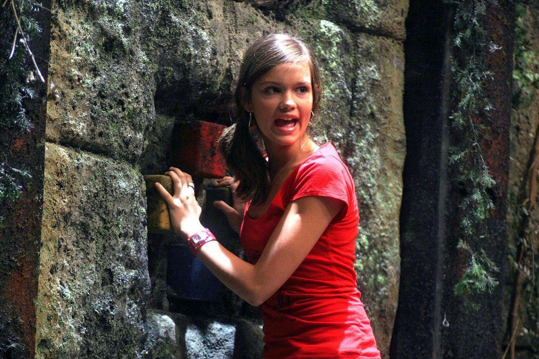 Nikki (Emilia Schüle) steht die Angst ins Gesicht geschrieben ... - Bildquelle: Sat.1