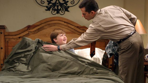 Alan (Jon Cryer, r.) erklärt seinem Sohn Jake (Angus T. Jones, l.), dass Char...