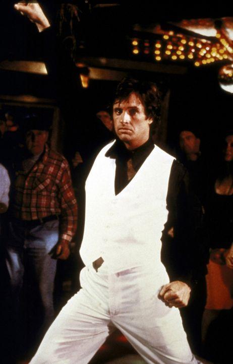 Der einzige Passagier mit Flugerfahrung ist der psychisch völlig kaputte ehemalige Kampfpilot Ted Striker (Robert Hays, M.), der seit einem Kriegse... - Bildquelle: Paramount Pictures