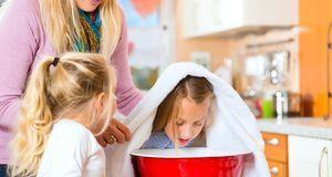 Ein Gesichtsdampfbad wirkt nicht nur gegen Pickel – auch Atemwegserkrankungen...