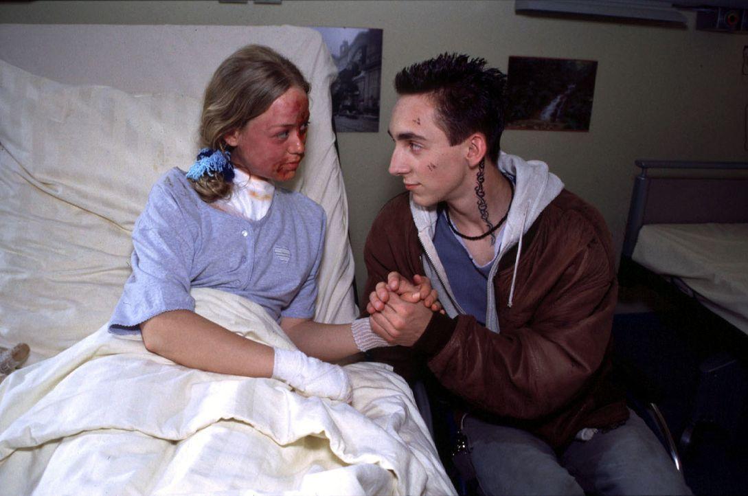 """Crash-Kid """"Zorro"""" (Fabian Wiese, r.) hat seine letzte Fahrt direkt ins Krankenhaus gebracht. Dort lernt er die 14-jährige Caro (Coco Schneider, l.)... - Bildquelle: Christina Kurby Sat.1"""