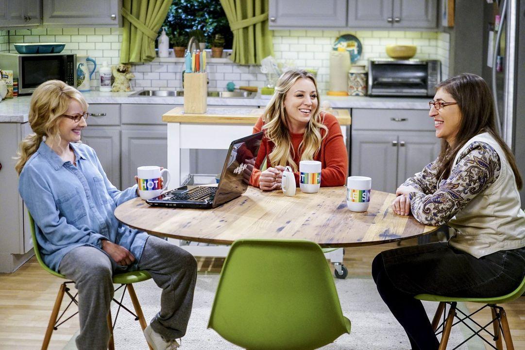 Penny (Kaley Cuoco, M.) und Amy (Mayim Bialik, r.) planen einen Mädelsabend mit der gestressten, frischgebackenen Mutter Bernadette (Melissa Rauch,... - Bildquelle: 2016 Warner Brothers