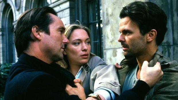 Ihr neuer Nachbar Nick Adams (Helmut Zierl, l.) steht Sarah (Katja Weitzenböc...