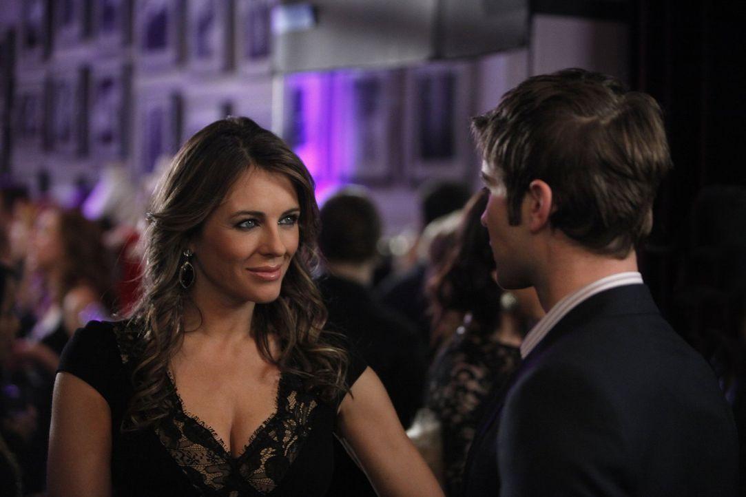 Zum Missfallen von Lola macht sich Diana (Elizabeth Hurley, l.) wieder an Nate (Chace Crawford, r.) heran ... - Bildquelle: Warner Bros. Television