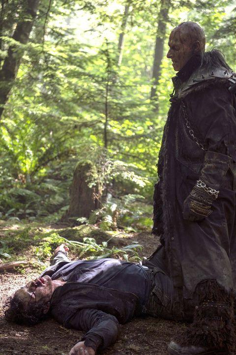 Um Finn zu retten stellt sich Bellamy (Bob Morley, l.) sogar Tristan (Joseph Gatt, r.) entgegen - mit mäßigem Erfolg ... - Bildquelle: 2014 Warner Brothers