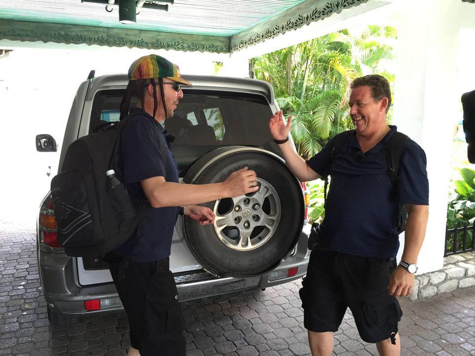 Toto (r.) und Harry (l.) reisen nach Jamaika, ins Land der Rastafaris und des Reggaes. Doch wer sich hier traut die Urlauberpfade zu verlassen, betr... - Bildquelle: kabel eins