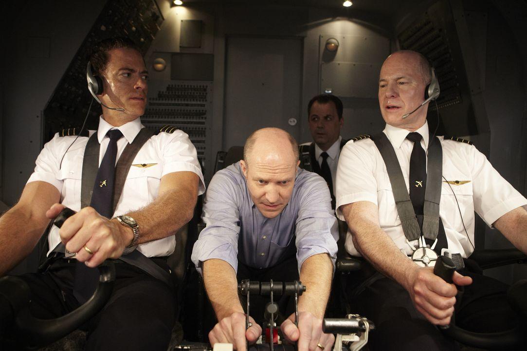 Als fast alle Systeme des United Airlines Fluges 232 versagen, geben Copilot Bill Records (Jonah Bay, l.) und Kapitän Al Haynes (Stewart Arnott, r.)... - Bildquelle: Ian Watson Cineflix 2011