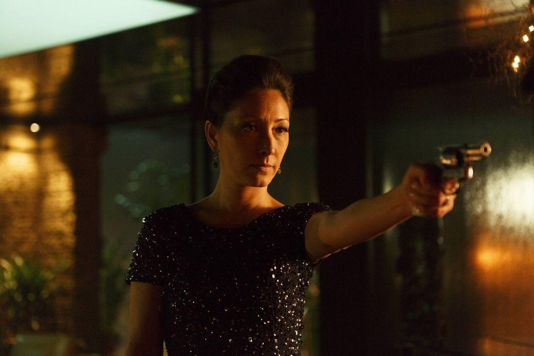 Spielt Vanessa Dunlear (Christina Chang), die Frau eines ermordeten Wohltäters, ein falsches Spiel? - Bildquelle: 2016 Warner Brothers