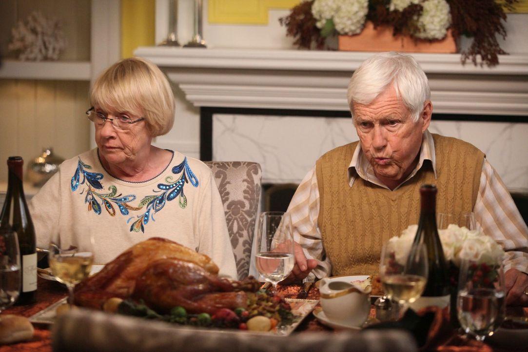Während Beth im Auftrag ihrer Mutter versucht, mehr Paul herauszufinden, erleben Karen McCluskey (Kathryn Joosten, l.) und Roy (Orson Bean, r.) ein... - Bildquelle: ABC Studios