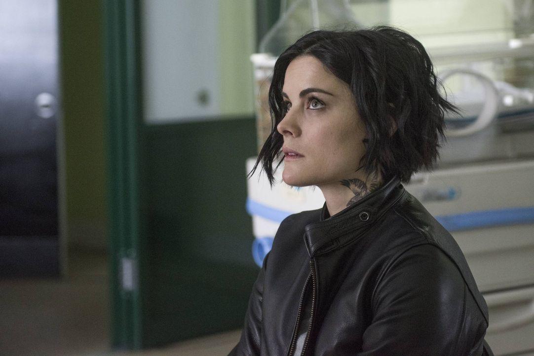 Jane (Jaimie Alexander) durchlebt ein Trauma, als ein Baby auf einem öffentlichen Platz in einer Tasche abgelegt wird, das ein Tattoo trägt, das mit... - Bildquelle: Warner Brothers