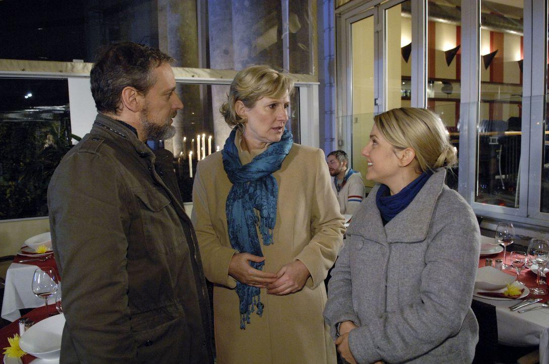 Anna (Jeanette Biedermann, r.) verlangt von Ingo (Wolfgang Wagner, l.), endlich auch Susanne (Heike Jonca, M.) die Wahrheit zu sagen und arrangiert... - Bildquelle: Claudius Pflug Sat.1