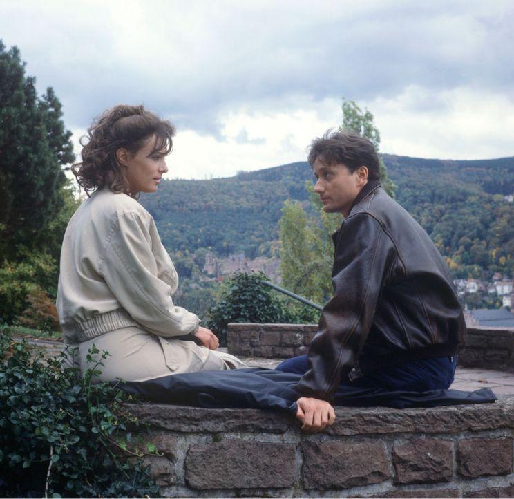 Bei einem Spaziergang in Heidelberg trifft Dr. Kampmann (Ulrich Reinthaller, r.) auf Corinna (Svenja Pages, l.). Beide sind sich sofort sympathisch... - Bildquelle: Janis Jatagandzidis Sat.1