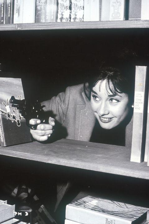 Feder-Lissy (Vera Tschechowa) soll einer Gangsterbande, die es auf einen wertvollen Safe abgesehen hat, bei einem Täuschungsmanöver helfen. Keine le... - Bildquelle: Constantin Film