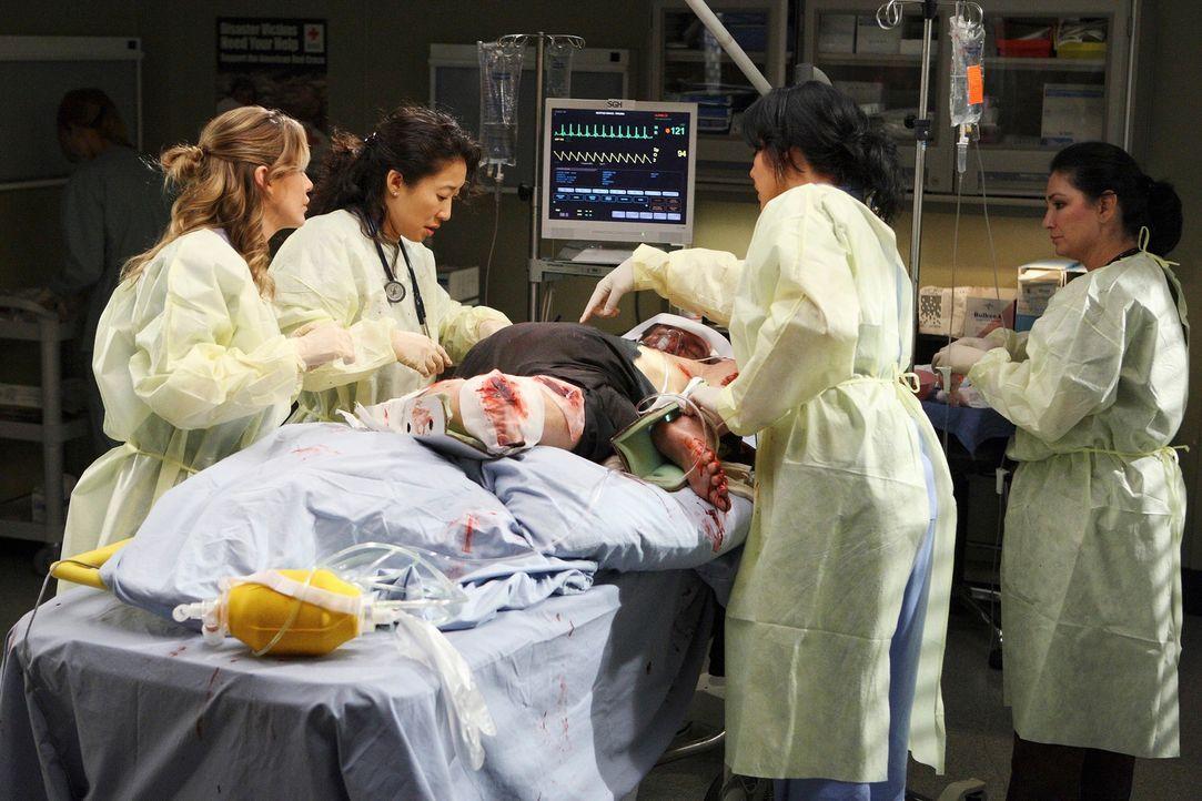 Timothy (Ed Lauter, liegend) wurde in einem Müllcontainer eingeklemmt. Callie (Sara Ramirez, 2.v.r.) versucht alles, um den Patienten zu retten. F - Bildquelle: Touchstone Television