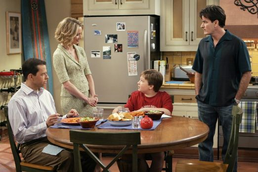 Two and a Half Men - Charlies (Charlie Sheen, r.) neue Freundin Lydia (Kather...