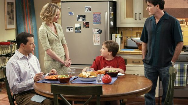 Charlies (Charlie Sheen, r.) neue Freundin Lydia (Katherine LaNasa, 2.v.l.) m...