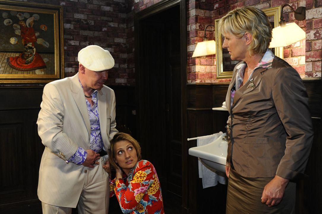 Susanne (Heike Jonca, r.) ist schockiert, als sie erkennt, wie Brigitte (Joana Schümer, M.) ihre Spielschulden bei Enver Reinhardt (Waléra Kanisch... - Bildquelle: SAT.1