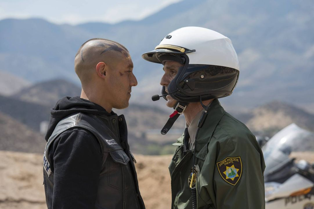Als sie auf einer Tour von der Polizei schikaniert werden, gerät Juice (Theo Rossi, l.) an die Grenzen seiner Geduld ... - Bildquelle: 2013 Twentieth Century Fox Film Corporation and Bluebush Productions, LLC. All rights reserved.