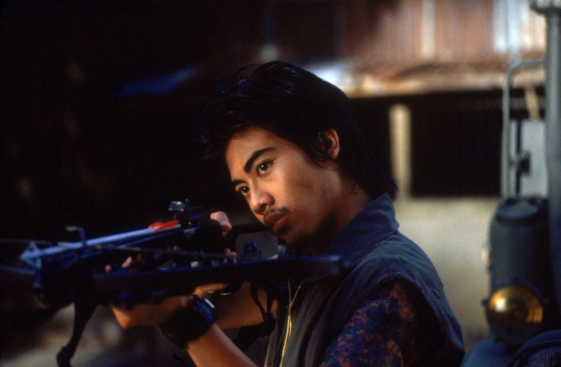 Fährt schwere Geschütze auf: Suwan (Nophand Boonyai) ... - Bildquelle: 2002 Global Entertainment Productions GmbH & Co. Movie KG. All Rights Reserved.