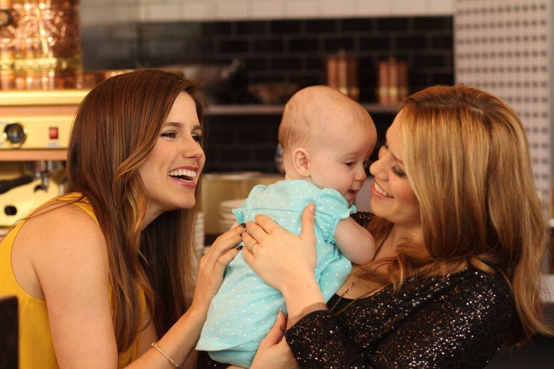 Haley (Bethany Joy Lenz, r.) ist überglücklich mit ihrer Lydia und auch Brooke (Sophia Bush, l.) kann es kaum erwarten, ihre Zwillinge zur Welt zu b... - Bildquelle: Warner Bros. Pictures