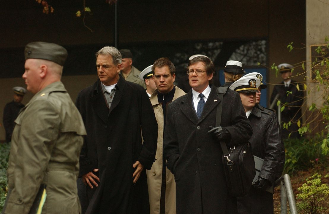Leroy Gibbs (Mark Harmon, 2.v.l.) und Tony Dinozzo (Michael Weatherly, M.) nehmen Purcell (Anthony Heald, 2.v.r.) fest, müssen ihn jedoch wieder lau... - Bildquelle: CBS Television