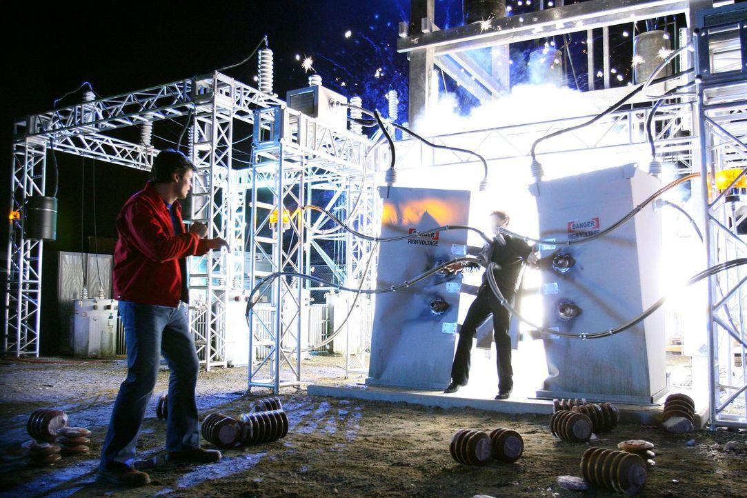 Die einzige Möglichkeit Brainiac (James Masters, r.) zu töten, ist mit Strom: Clark (Tom Weling, l.) schafft es, den durch Chloe geschwächten Mutant... - Bildquelle: Warner Bros.