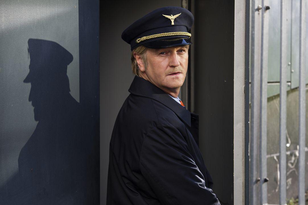 Für Helmut (Detlev Buck) läuft es nicht rosig. Ziehen am Himmel des Piloten Wolken auf? - Bildquelle: Marco Nagel die Film GmbH
