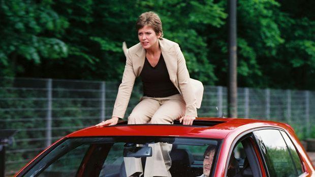 Beim Versuch Kristinas (Valerie Niehaus, l.), dem verriegelten Auto zu entkom...