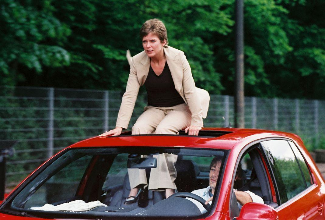 Beim Versuch Kristinas (Valerie Niehaus, l.), dem verriegelten Auto zu entkommen, entgehen sie und Ben (Jan Sosniok, r.) nur knapp einer Katastrophe... - Bildquelle: Thekla Ehling Prosieben