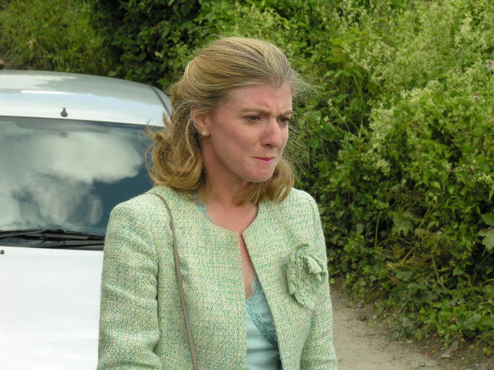 Halb Portwenn tratscht darüber, dass Radiosprecherin Caroline Bosman (Felicity Montagu) offenbar ein Alkoholproblem hat. Ist das wirklich wahr? - Bildquelle: BUFFALO PICTURES/ITV