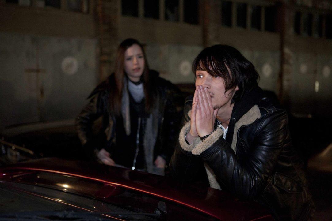 Sophie macht im Chulos Bekanntschaft mit dem coolen Ronnie. Doch Ben (Christopher Kohn, r.) ist von dem neuen Angeber gar nicht begeistert, und es k... - Bildquelle: SAT.1