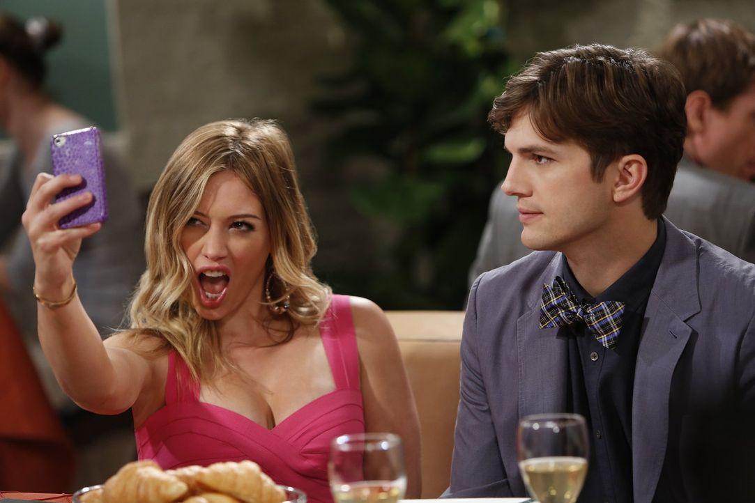 Während Walden (Ashton Kutcher, r.) mit der 22-jährigen Stacy (Hilary Duff, l.) zusammen ist, unternehmen Alan und Jake einen Vater-Sohn-Ausflug, um... - Bildquelle: Warner Brothers Entertainment Inc.