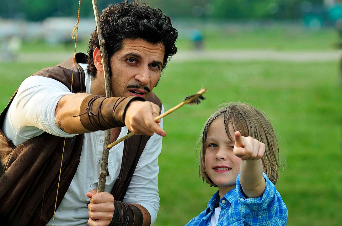 Hätte Robin Hood (Pasquale Aleardi, l.) den kleinen Lukas (Finn Fiebig, r.) nicht in der Gegenwart getroffen, könnte er nicht Bogenschießen ... - Bildquelle: Oliver Feist SAt.1