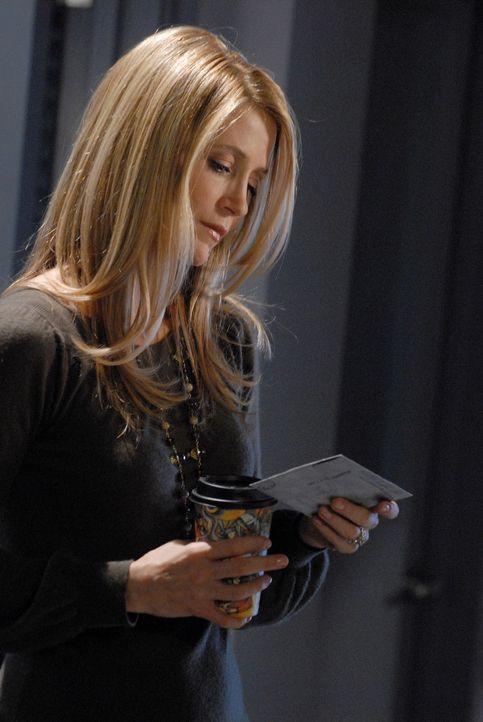 Als Kirsten (Kelly Rowan) von einer Krankenschwester die Sachen, die in Ryans Tasche waren bekommt, sieht sie den Brief von Marissa und kann nun ahn... - Bildquelle: Warner Bros. Television