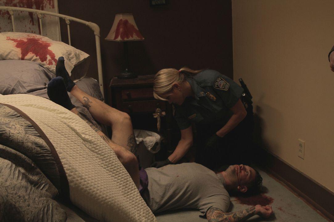 Während Du schliefst: Der beliebte DJ Roger Berg (unten) wird  kaltblütig mit einem Schuss durch den Hals getötet, während er im Bett liegt. Der Ver... - Bildquelle: Jupiter Entertainment