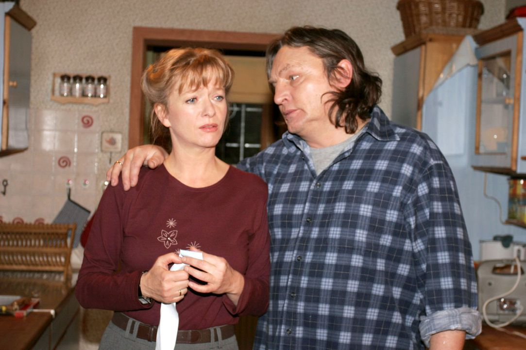 Neues Auto statt neuer Einbauküche: Helga (Ulrike Mai, l.) hat Bernd (Volker Herold, r.) durchschaut und ist verärgert, dass dieser sie auch noch... - Bildquelle: Sat.1