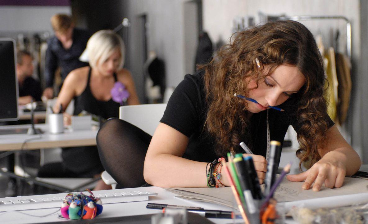 Ihre Chefin, die ausgebrannte Modedesignerin Katja Brandt, nutzt Bellas (Viktoria Gabrysch) großes Talent schamlos aus und präsentiert ihre Entwürfe... - Bildquelle: Reiner Bajo ProSieben