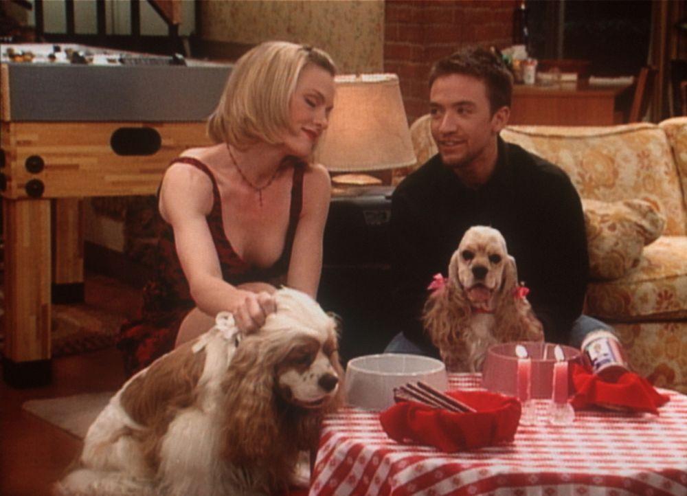 Bud (David Faustino, r.) hat für den einsamen Lucky ein Hunde-Rendezvous arrangiert. Zu seiner Freude kommt auch die hübsche Hundebesitzerin Elaine... - Bildquelle: Sony Pictures Television International. All Rights Reserved.