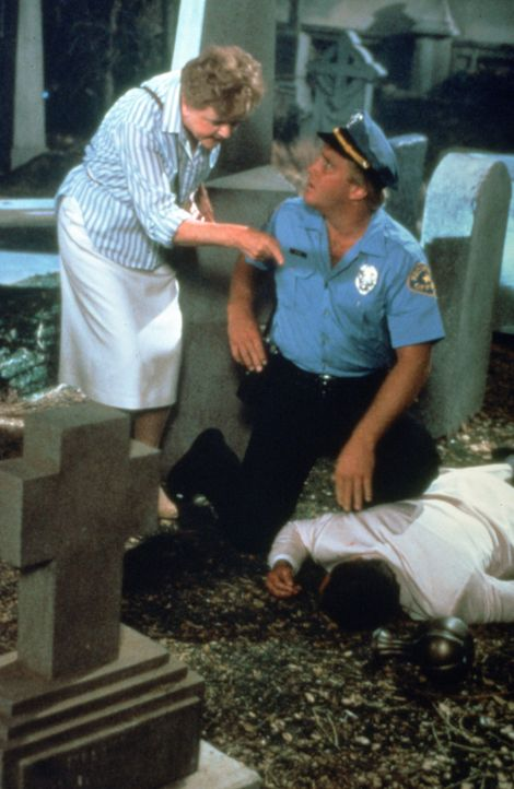 Jessica Fletcher (Angela Lansbury, l.) erklärt Allan Gebhart (James MacArthur, M.) ihre Theorie zum Tathergang. - Bildquelle: Universal Pictures
