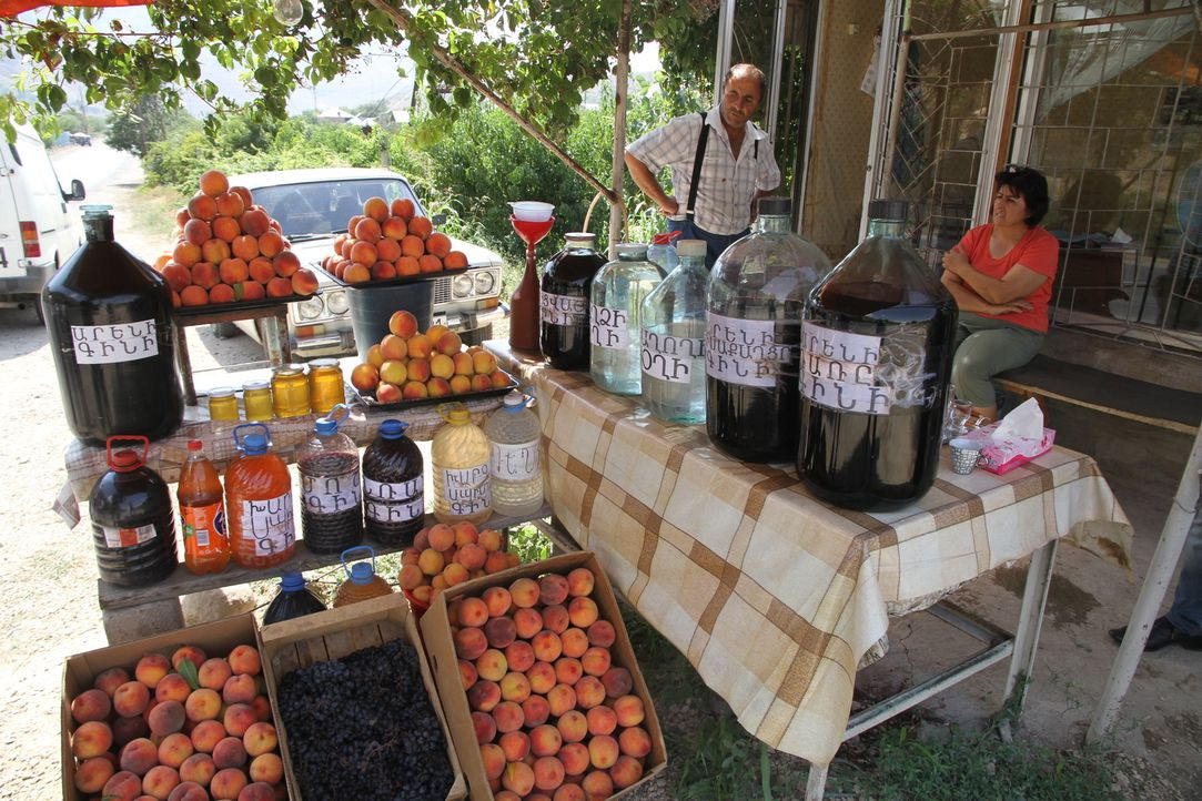 Hochprozentiges Nationalgetränk: Der klare armenische Schnaps Oghi wird aus hausgemachten Früchten und Beeren destilliert ... - Bildquelle: 2014, The Travel Channel, L.L.C. All Rights Reserved.