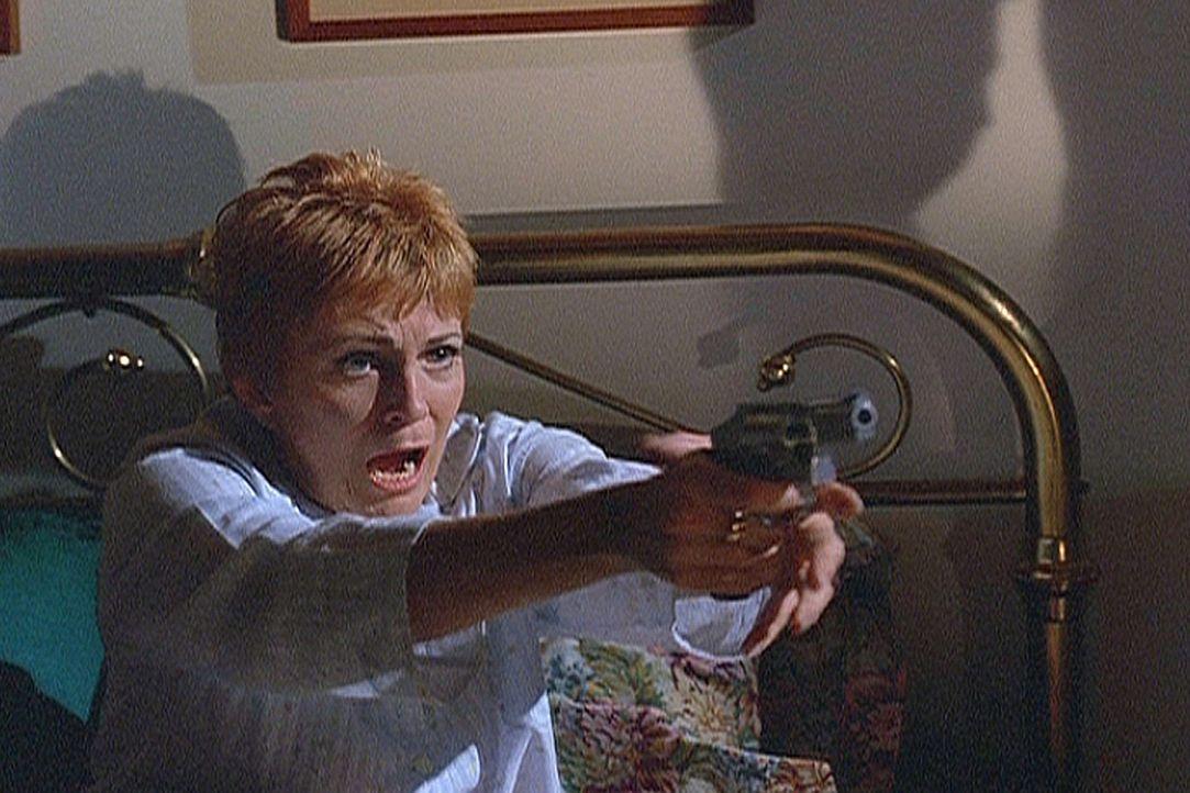 In Panik feuert Madison (Joanna Cassidy) auf den Unbekannten, der vor ihrem Bett steht. - Bildquelle: Viacom