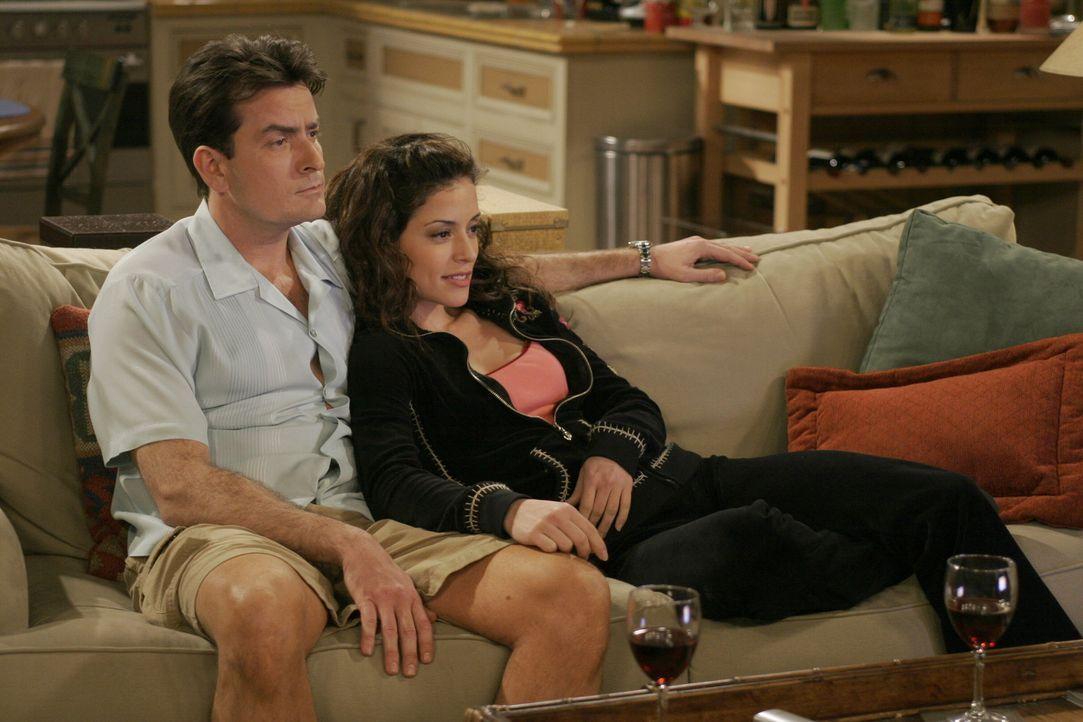 Charlies (Charlie Sheen, l.) neue Freundin Mia (Emmanuelle Vaugier, r.) könnte die Frau seines Lebens werden, wenn sie wie jede andere sofort mit i... - Bildquelle: Warner Brothers Entertainment Inc.