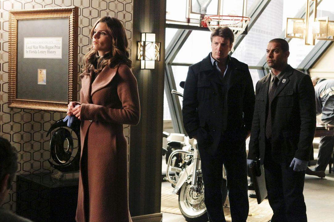 Richard Castle (Nathan Fillion, M.), Kate Beckett (Stana Katic, l.) und Javier Esposito (Jon Huertas, r.) verfolgen eine heiße Spur ... - Bildquelle: ABC Studios