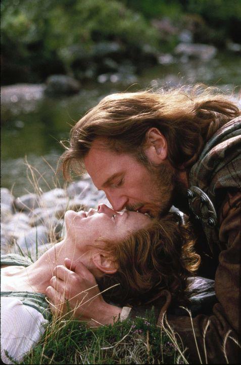 Noch ahnt Rob (Liam Neeson, r.) nichts von Marys (Jessica Lange, l.) dunklem Geheimnis ... - Bildquelle: MGM Home Entertainment