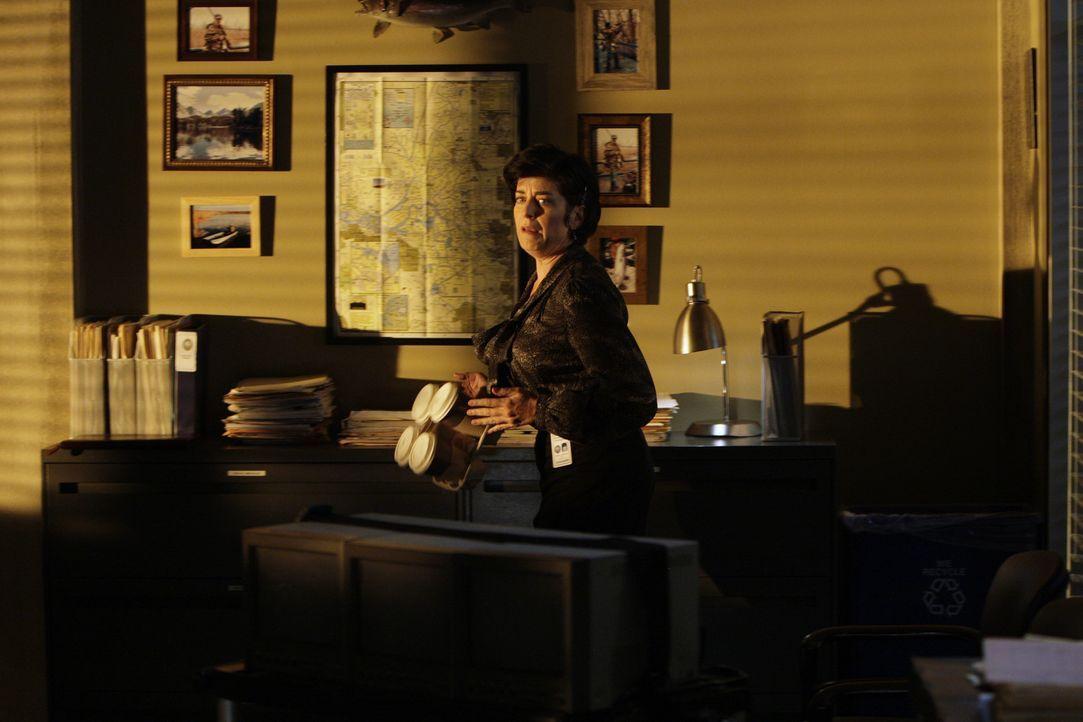 Was ist mit Boscos Sekretärin Rebecca (Shauna Bloom) los? - Bildquelle: Warner Bros. Television