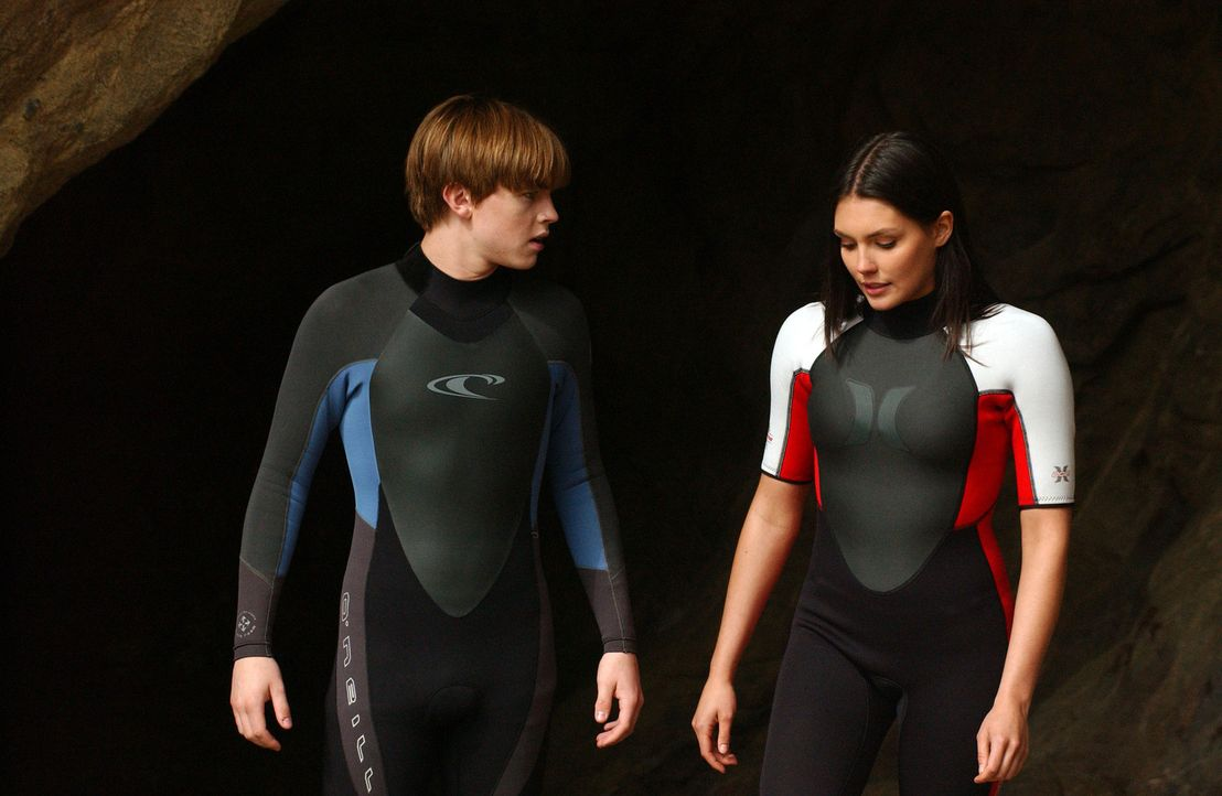 Haben eine gemeinsame Leidenschaft - das Surfen: Bradin (Jesse McCartney, l.) und Erika (Taylor Cole, r.) ... - Bildquelle: CBS Television