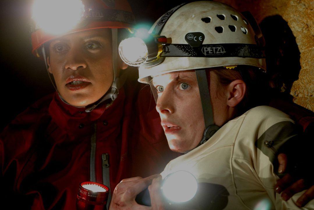 Unglücklicherweise kehren Sarahs (Shauna MacDonald, r.) Erinnerungen an die blinden Höhlenmonster zu spät für sie selbst und Deputy Ellen Rios (...