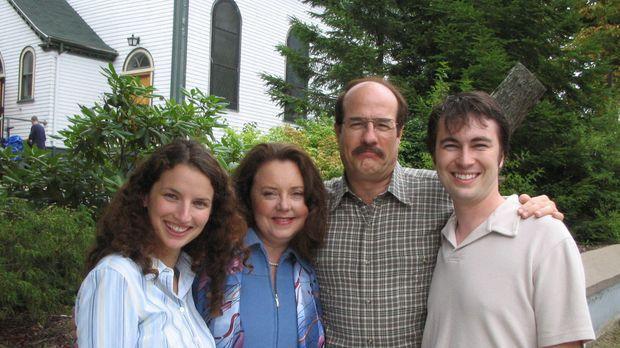 Unauffällig lebt Jason Rader (Henry Gregg, 2.v.r.) mit seiner Familie inmitte...